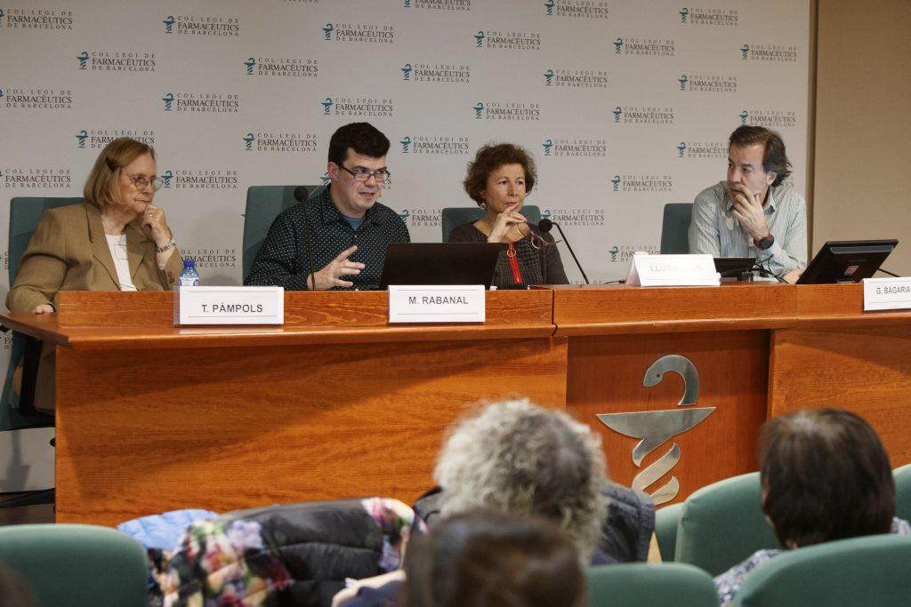 El Dr. Manel Rabanal en un moment de la seva exposició, acompanyat per la Dra. Pàmpols (esquerra) i els membres de la junta de govern del COFB, Lluïsa Juan i Guillermo Bagaría (dreta).