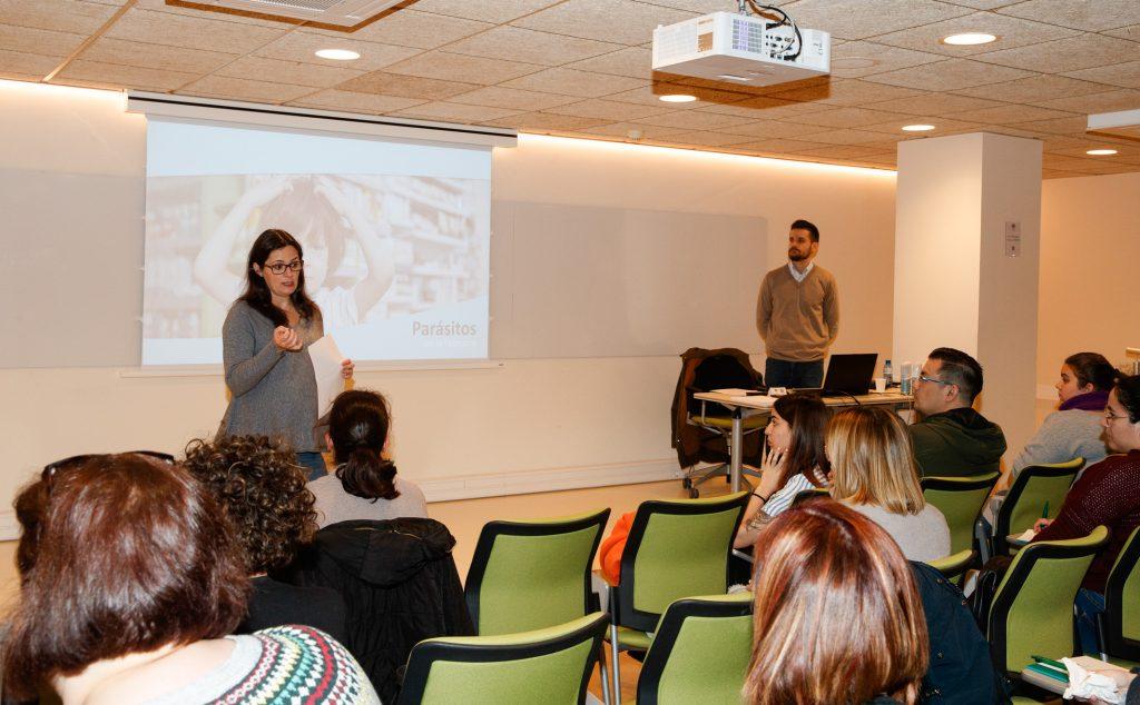 Marta Alcalde, vocal de Dermofarmàcia i Productes Sanitaris del Col·legi de Farmacèutics de Barcelona, en un moment de la presentació de la formació.