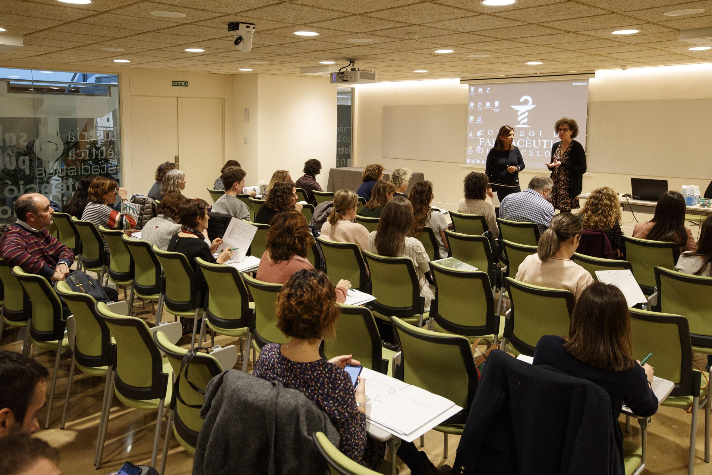 Un moment de presentació de la formació, a càrrec de Cristina Roure, vocal d'Hospitals del Col·legi de Farmacèutics de Barcelona i M. Teresa Dordal Culla, presidenta de la Societat Catalana d'Al·lèrgia i Immunologia Clínica.