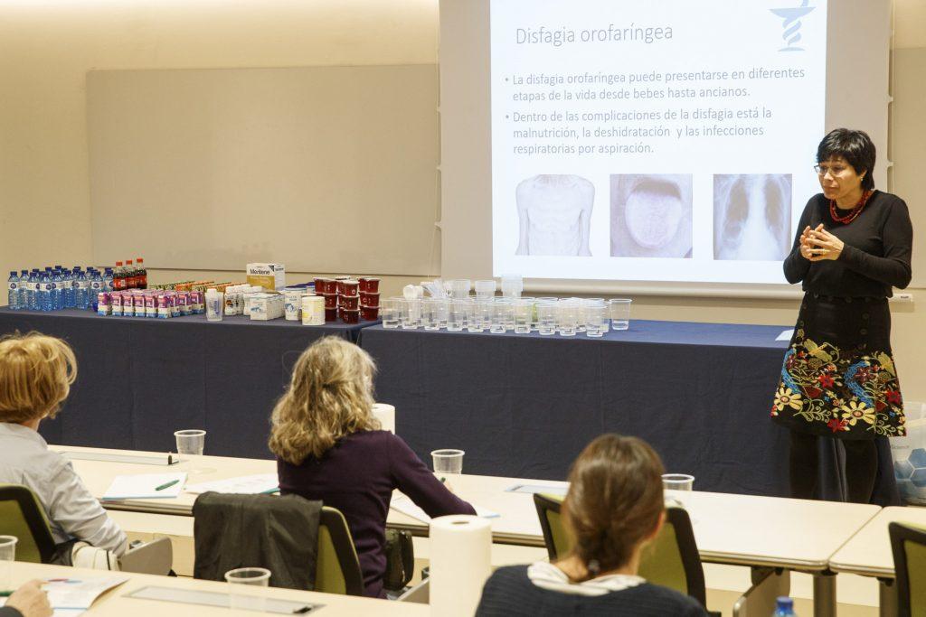 Viridiana Arreola durant la sessió teòrica. Al costat seu es poden veure els productes utilitzats durant la sessió pràctica.