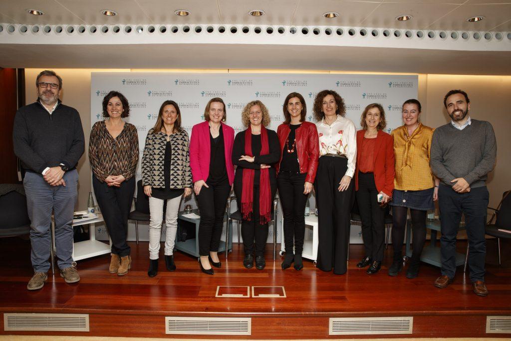 D'esquerra a dreta: Joan Calduch, tresorer del COFB; Lídia Heredia, periodista; Núria Oliva, vocal de Salut Pública del COFB; Cristina Bescós, gerent d'EITHealth; Carlota Dobaño, cap del Grup d'Immunologia de la Malària d'ISGlobal, Rocío López-Ybarra, farmacèutica titular d'oficina de farmàcia; M. Àngels Valls, directora de comunicació d'Esteve; Núria Bosch, vicepresidenta del COFB; Aina Surroca, vocal del COFB i Jordi Casas, secretari del COFB.