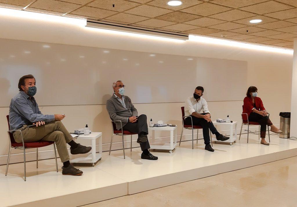 D'esquerra a dreta: Guillermo Bagaría, vocal d'Oficina de Farmàcia del COFB, el Dr. Sánchez-Borrego; Jordi Baroja, director del CJAS i la farmacèutica Cristina Lobato.