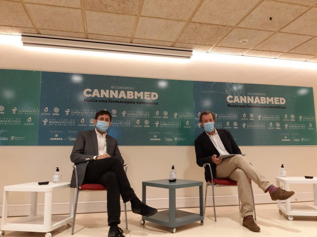Òscar Parés, subdirector d'ICEERS, amb Guillermo Bagaría, vocal d'Oficina de Farmàcia del COFB durant la inauguració de Cannabmed 2020.