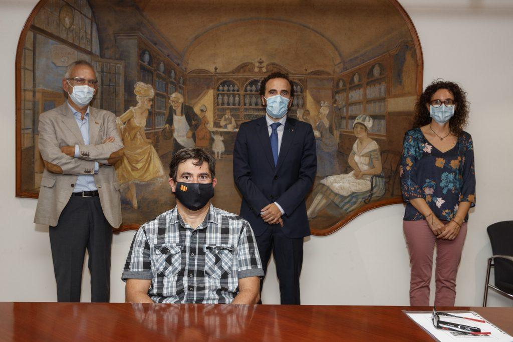 En primer pla, Fernando Parrilla, acompanyat de membres de la Comissió de Beques i Premis del COFB.