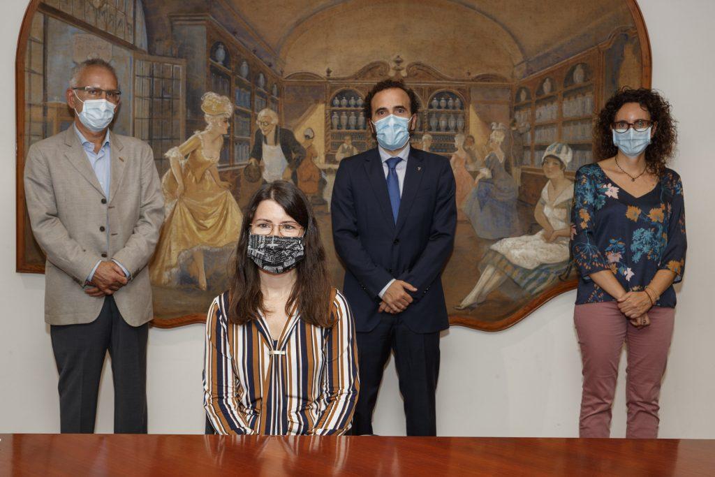 En primer pla, Mª Carmen Salgado, acompanyada de membres de la Comissió de Beques i Premis del Col·legi.