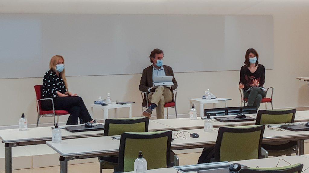 D'esquerra a dreta: la Dra. Mariam de la Poza; el vocal d'Oficina de Farmàcia del COFB, Guillermo Bagaría, i la farmacèutica Mercè Sellés.