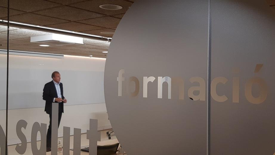 Fernando de Mora, farmacòleg i professor del Departament de Farmacologia Terapèutica i Toxicologia de la UAB, en un moment de la seva exposició a la seu del COFB.