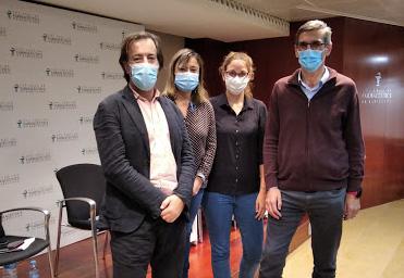 Guillermo Bagaría, vocal d'Oficina de Farmàcia del COFB, acompanyat d'esquerra a dreta a la presentació de la Guia, per les farmacèutiques Montserrat Iracheta i Andrea Molina i el farmacèutic Salvador Tous.