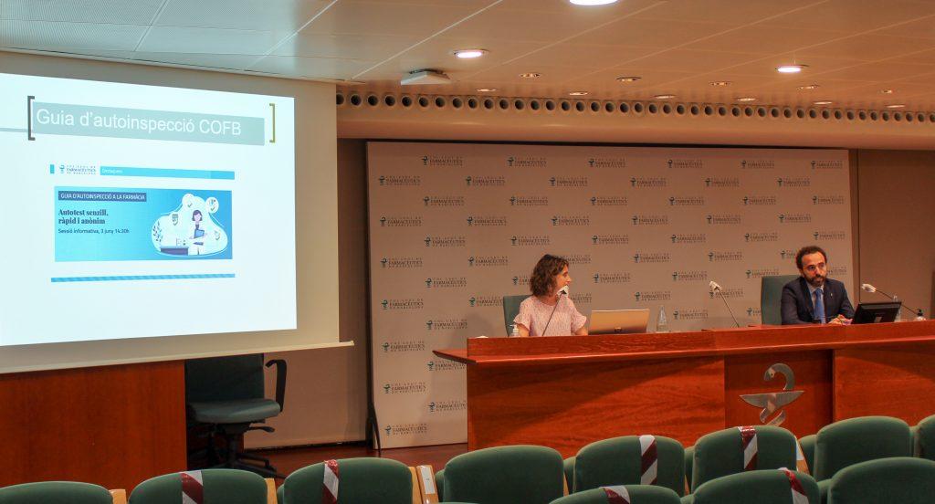 Marta Roig, vocal del COFB i responsable de la Comissió de Deontologia i Jordi Casas, president del COFB.